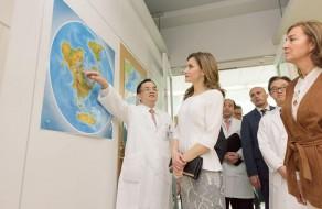 スペイン王国レティシア王妃陛下が来塾:IRUDの取り組みに関する解説の様子